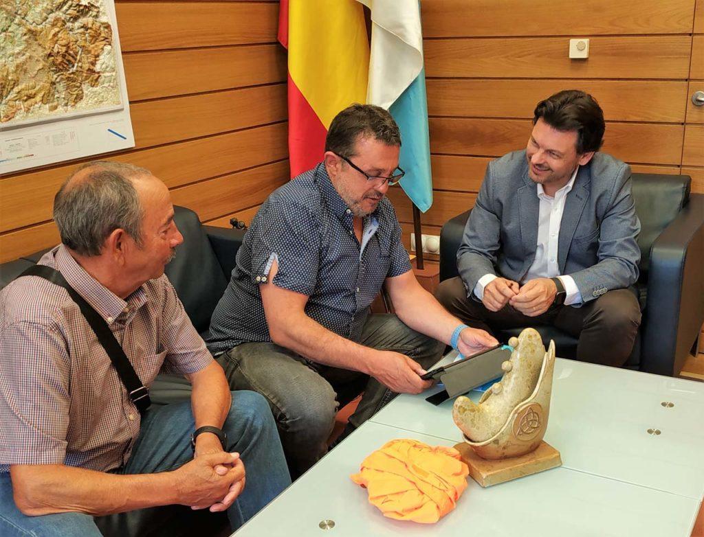 El secretario xeral da Emigración, Antonio Rodríguez Miranda, escucha las explicaciones de Mario Pascual Prado, creador y director de los Encuentros Celtas en PuntaArenas.