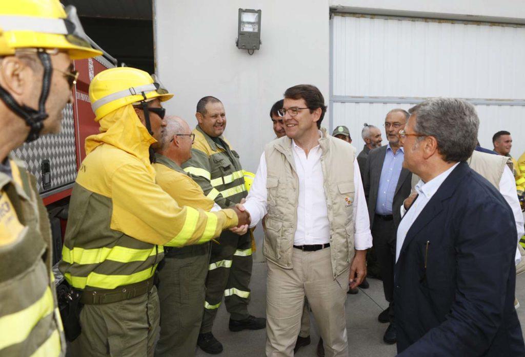 El presidente de la Junta, Alfonso Fernández Mañueco, saluda a integrantes del operativo de la base aérea de Las Casillas.