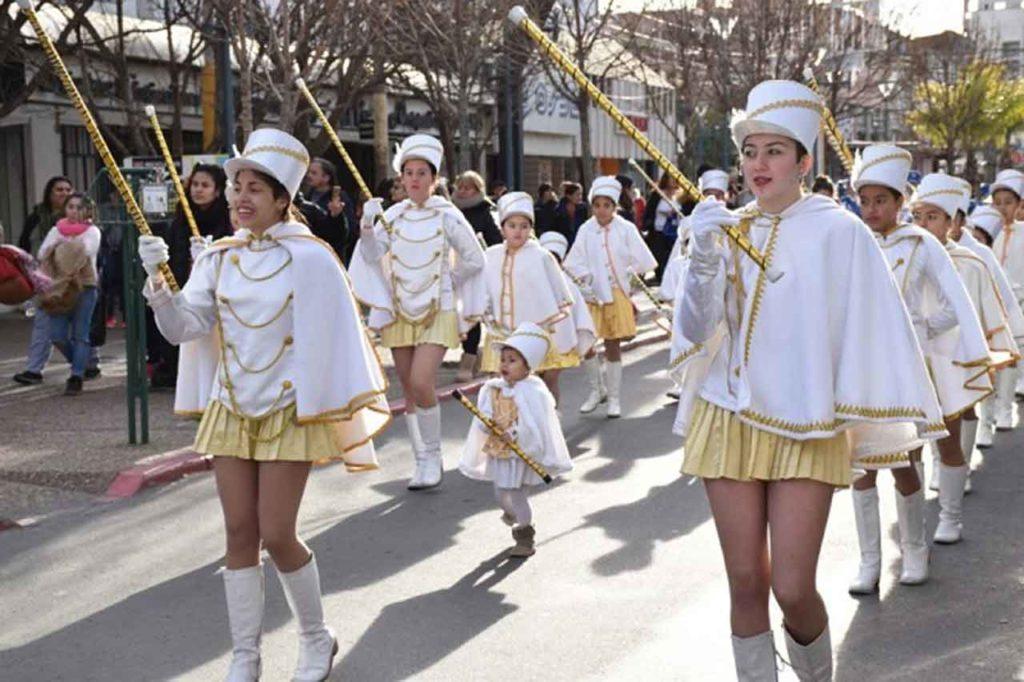 El desfile fue muy colorido y vistoso.