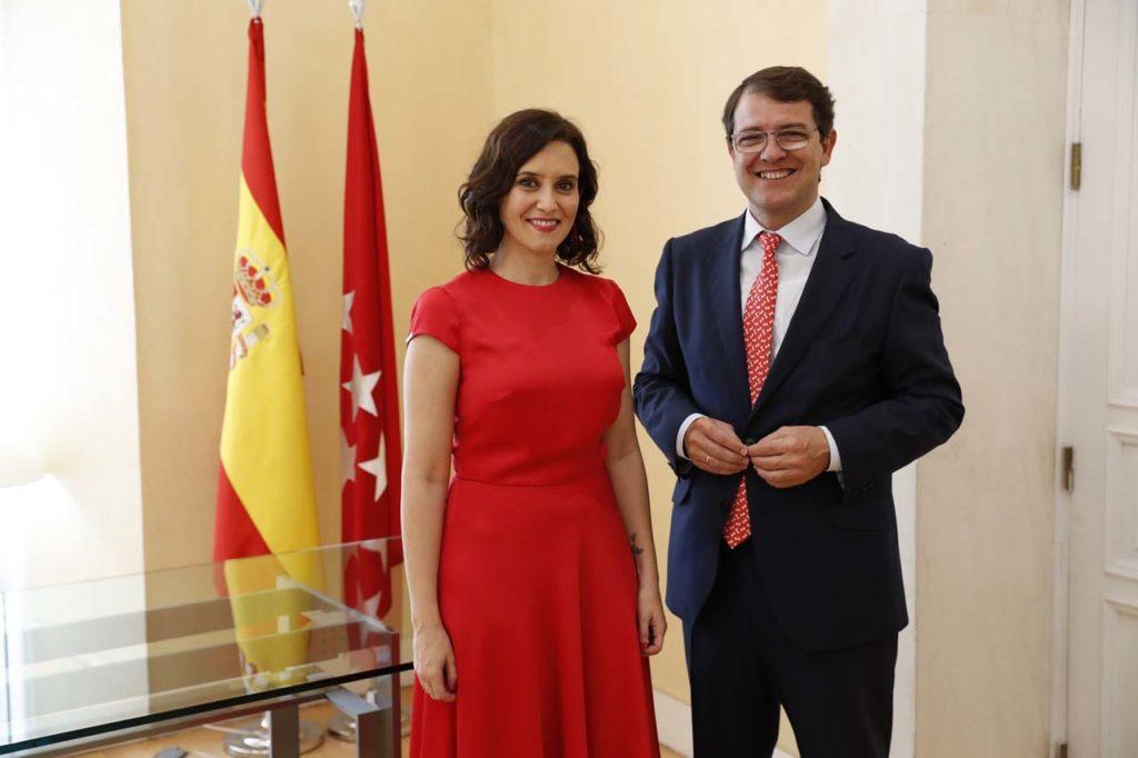 Alfonso Fernández Mañueco con Isabel Díaz Ayuso, la nueva presidenta madrileña.