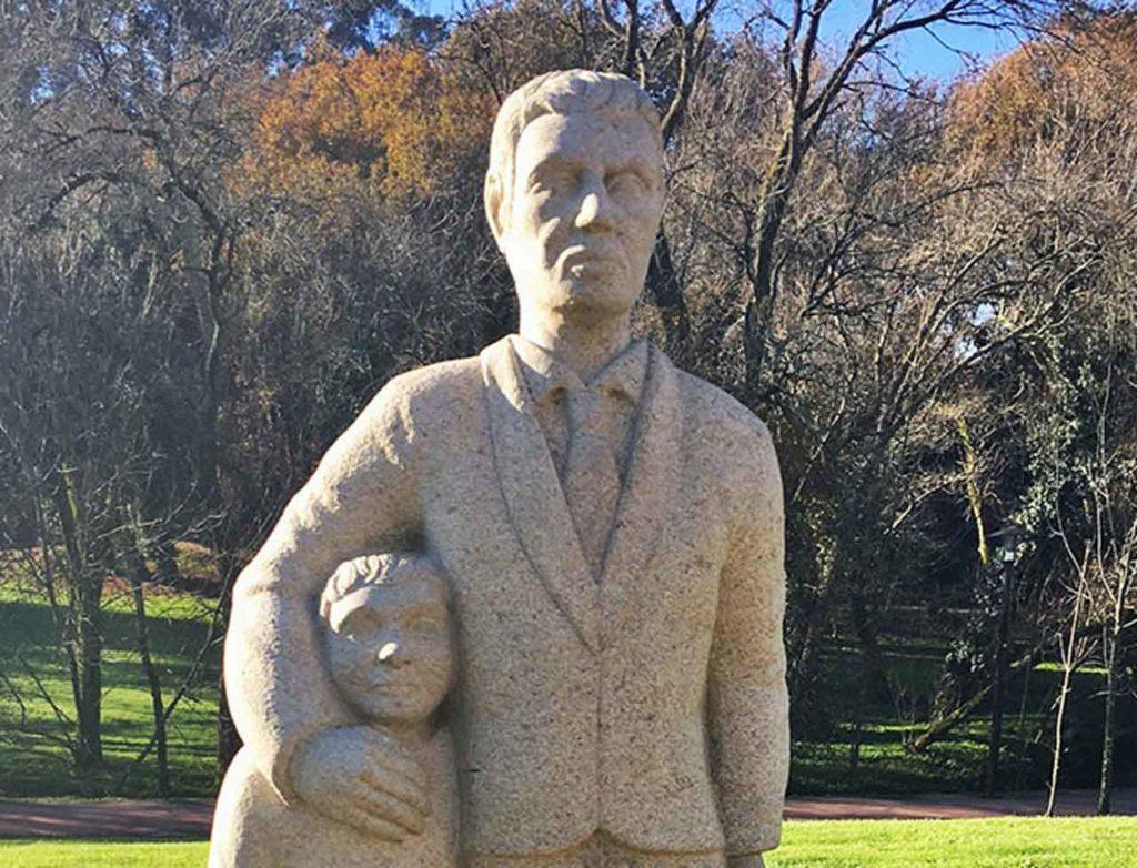 'Hombre de pie con su hijo', una de las esculturas donadas.