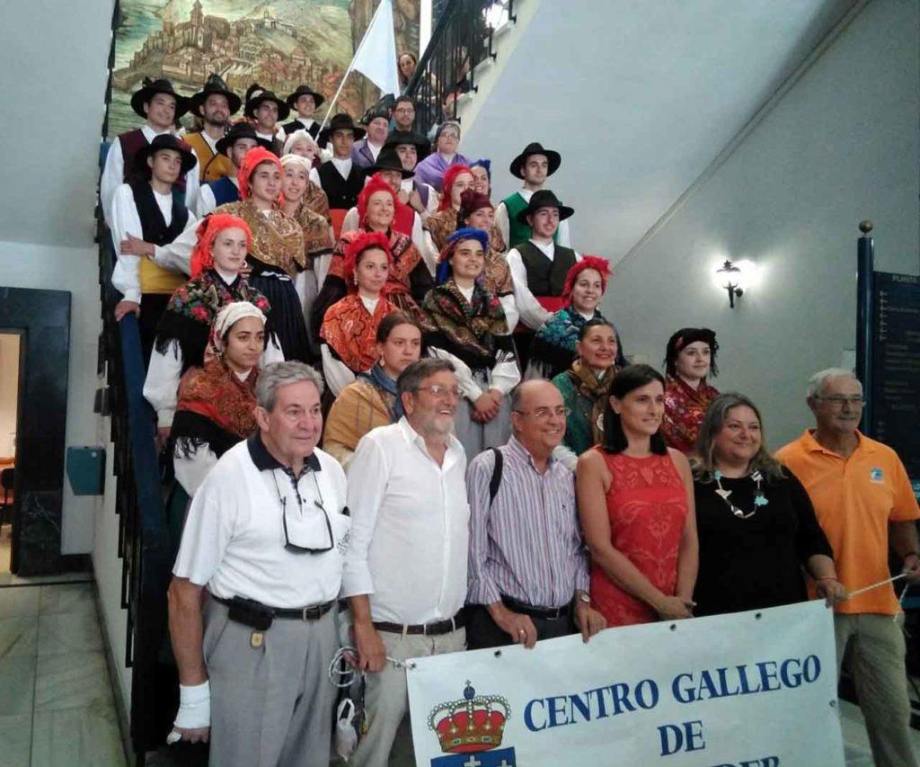 Directivos de la Casa de Galicia y miembros del grupo Rebulir con la alcaldesa de Santander.
