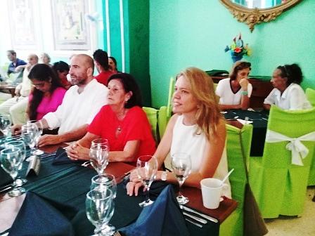 La ministra consejera Nuria Reigosa (derecha), la presidenta del CRE, María Antonia Rabanillo (centro), y el Consejero Cultural Jorge Peralta (izquierda), presidieron la velada efectuada en el Centro Andaluz.