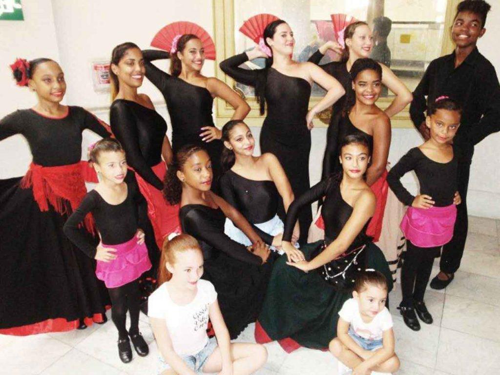 Jóvenes y niñas del Cuerpo de Baile de Emigrados de Riotorto.