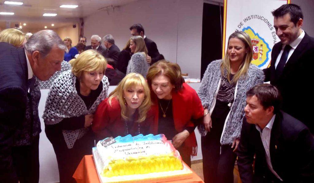 Los directivos de la FIEU soplan las velas de la torta.