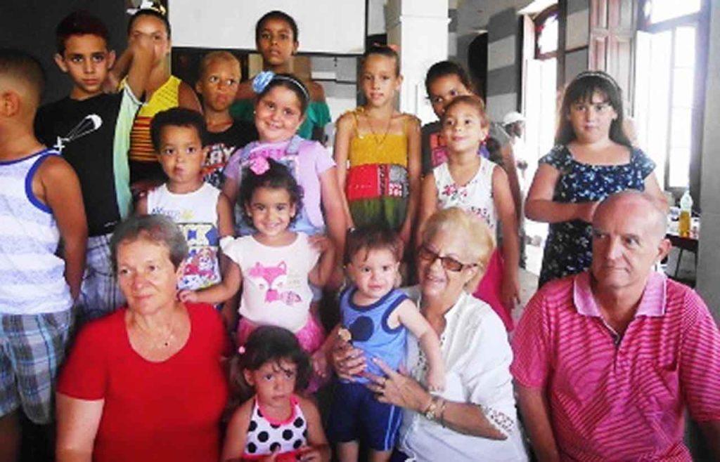 La presidenta, Mª Lidia Amago (centro); el vicepresidente, José Rodriguez (dcha), y la directora, Emilia Cartátegui (izda). compartieron la actividad con los pequeños asociados.