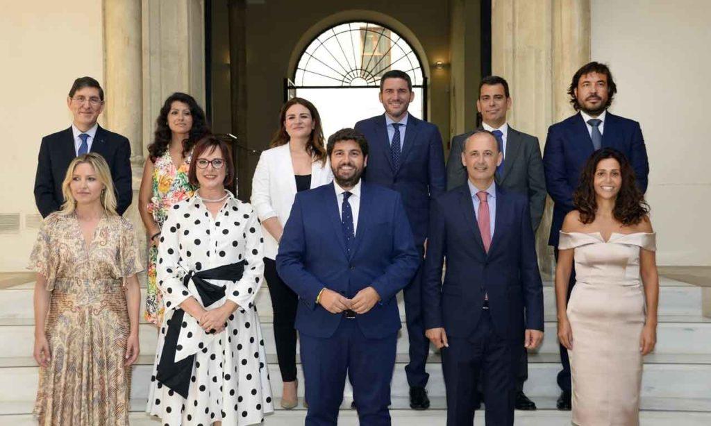 El presidente Fernando López Miras (en el centro) con sus consejeros, después de la toma de posesión. Beatriz Ballesteros en la segunda por la izquierda en la fila de arriba, e Isabel Franco, la segunda por la izquierda en la de abajo