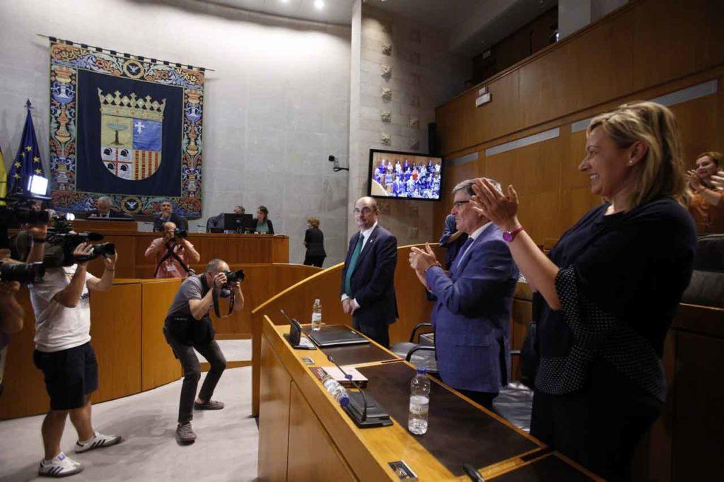 Los diputados aplauden a Javier Lambán tras la votación por la que fue investido presidente de Aragón.