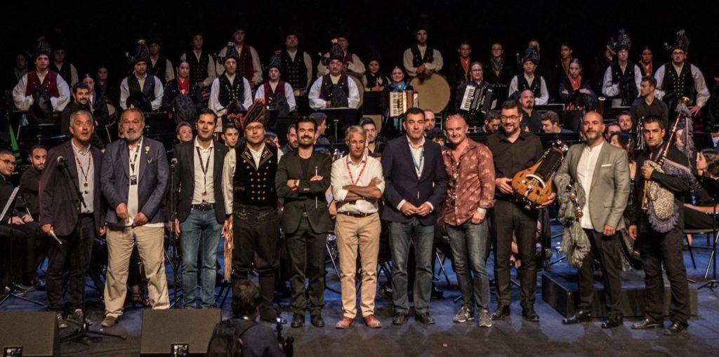 Román Rodríguez (centro) posa con músicos y autoridades a la finalización de un concierto.
