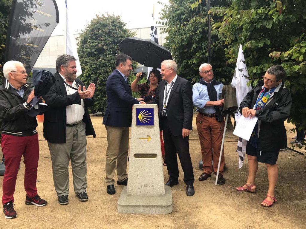 El conselleiro de Cultura e Turismo, Román Rodríguez,  y el alcalde de la ciudad francesa, Norbert Métairie, presidieron el descubrimiento del hito situado en la Esplanade du Mostoir.