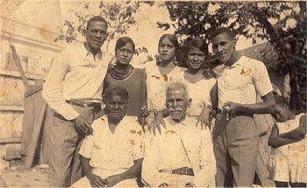Antonio Machín (izda), en Cuba, con sus padres y hermanos.