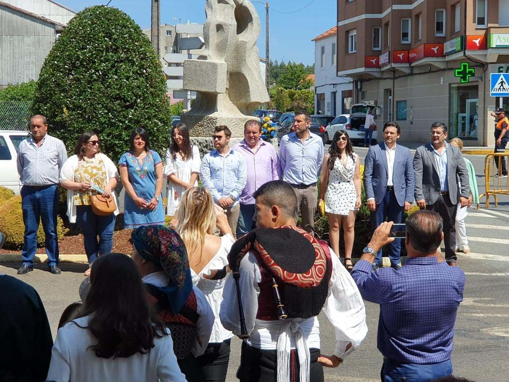 El secretario xeral da Emigración acompañó al alcalde José Manuel Varela en la novedosa ofrenda foral ante la Estatua del Emigrante, punto de inicio en 1984 de una festividad que se viene celebrando desde entonces.