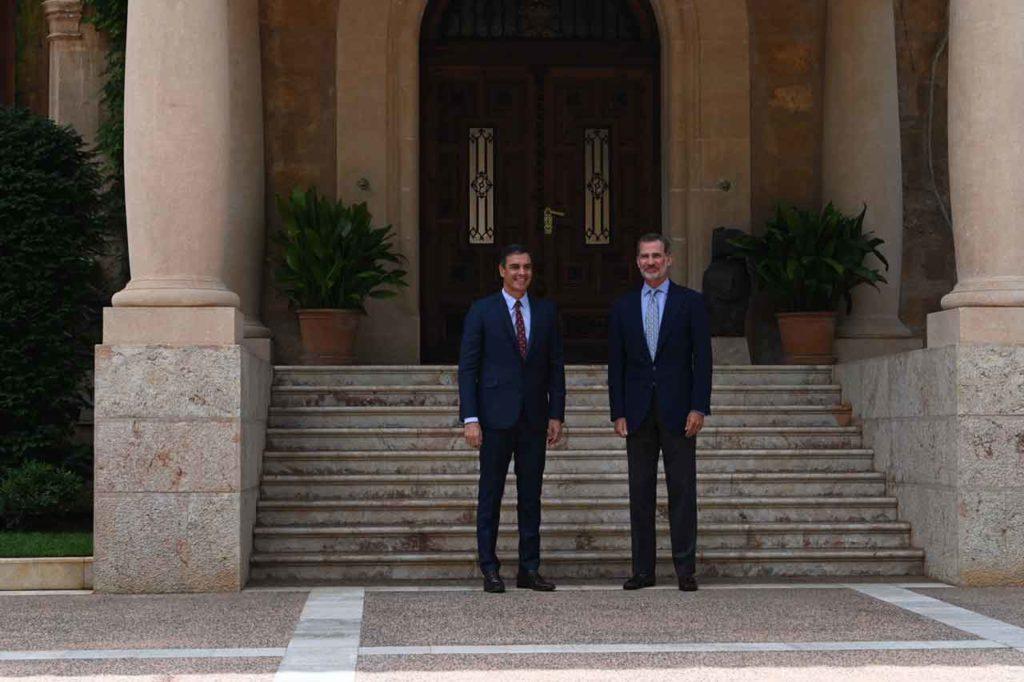 Pedro Sánchez y Felipe VI a la entrada del Palacio de Marivent.