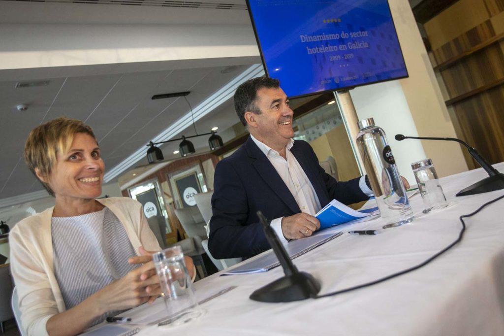 El conselleiro de Cultura e Turismo, Román Rodríguez, y la directora de la Axencia Turismo de Galicia, Nava Castro, durante una presentación reciente de datos del sector hotelero.