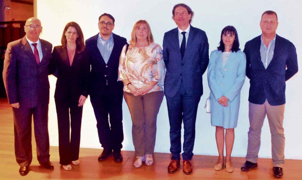 El consejero de Trabajo en Uruguay, Vicente Pecino, con el director general de Migraciones, José Alarcón (quinto), y el personal de la Consejeria.