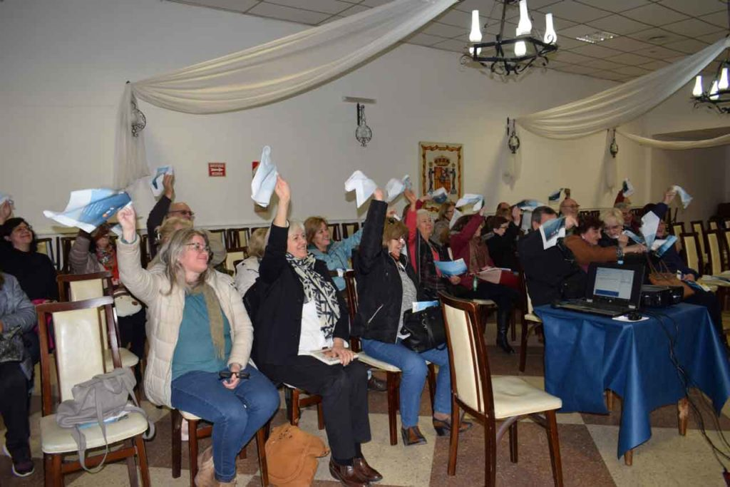 Los presentes levantaron los pañuelos imitando el saludo de despedida de los emigrantes desde el barco.