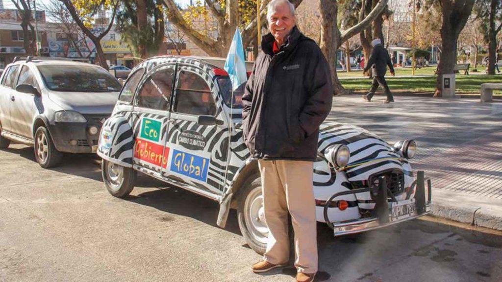 Francisco Javier Bustelo, en Allen, junto a su Citroën 3CV.