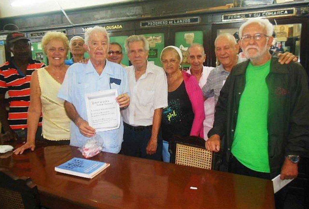 El veterano directivo Domingo Regueiro (al centro con diploma) fue agasajado por las sociedades gallegas en su cumpleaños 90.