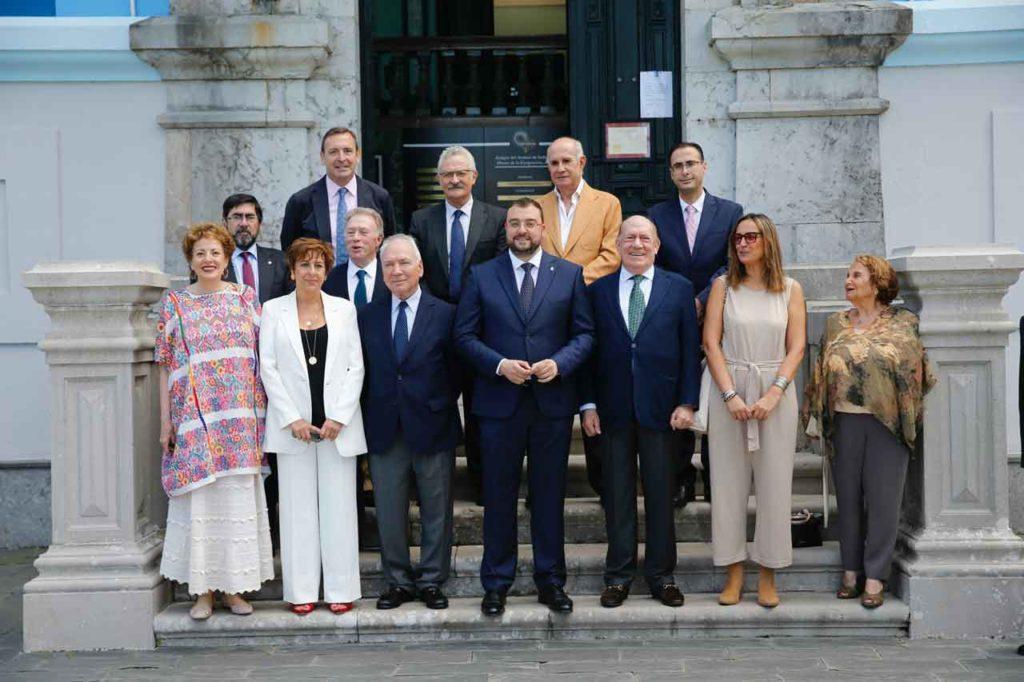 Foto de grupo de los visitantes a la Fundación.