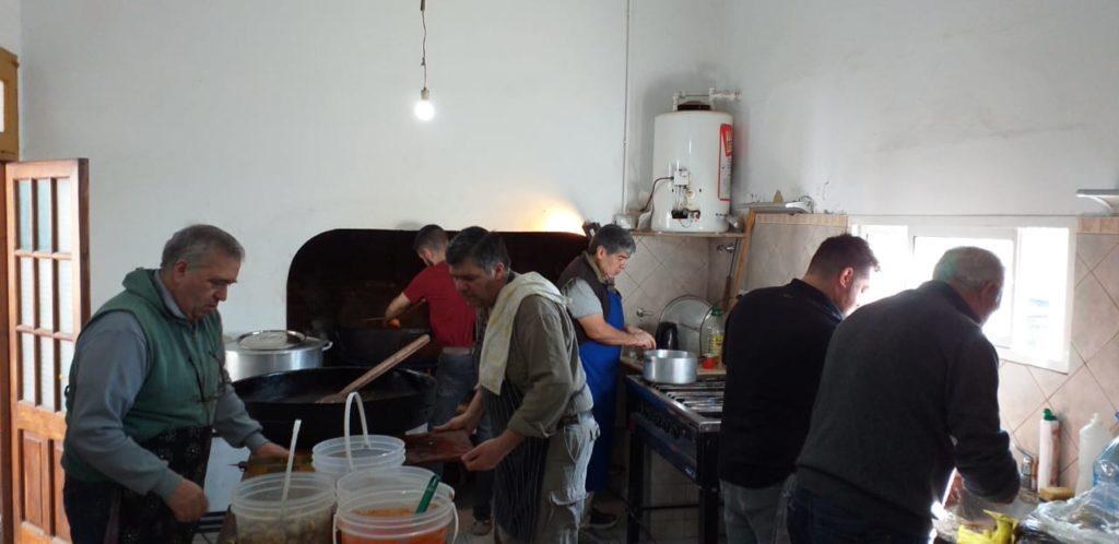 La paella fue preparada por un grupo de entusiastas colaboradores.