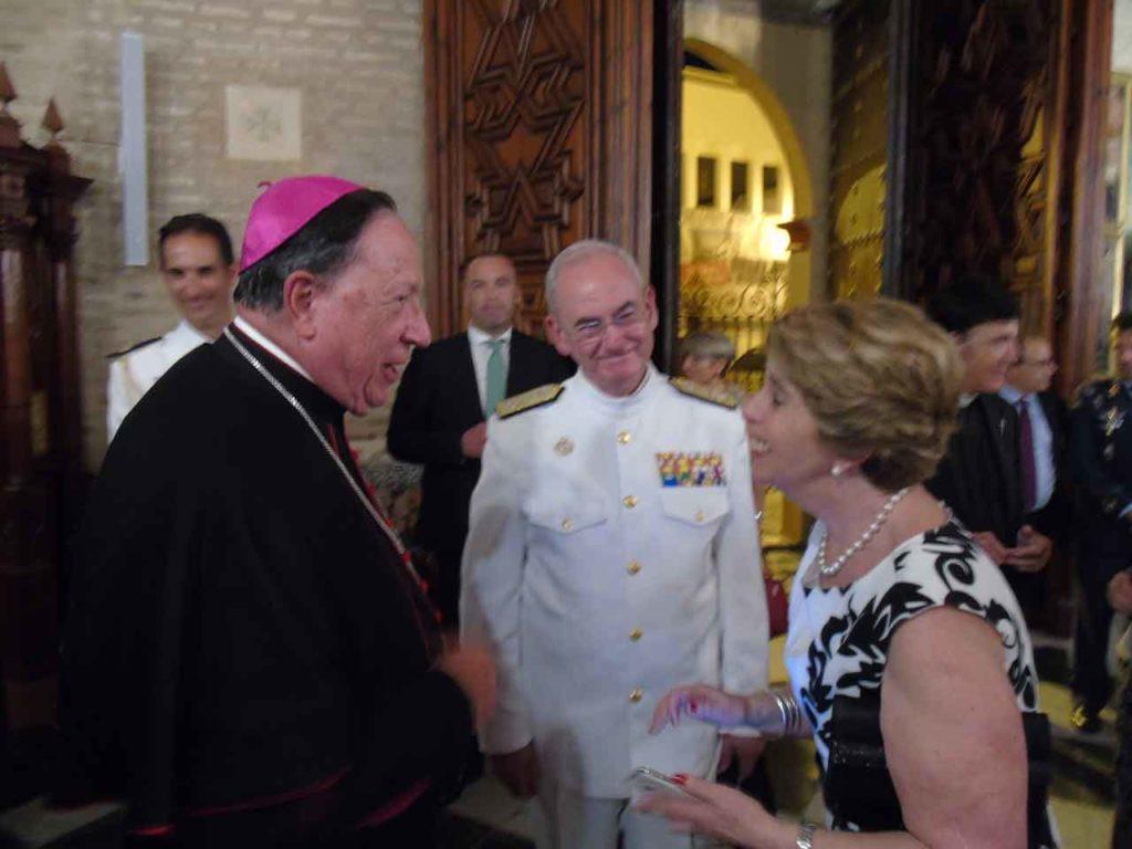 Josefa Silva Castro saluda al arzobispo de Sevilla, Juan José Asenjo.
