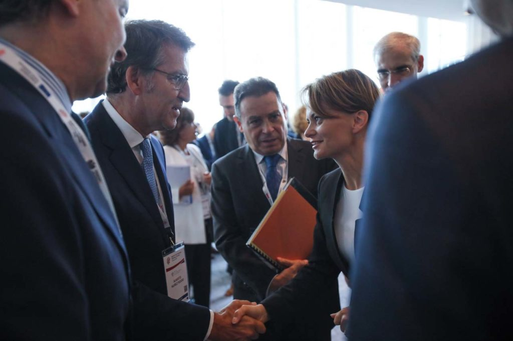 El presidente del Gobierno gallego, Alberto Núñez Feijóo, saluda a la ministra de Ciencia y Tecnología polaca, Jadwiga Emilewicz.