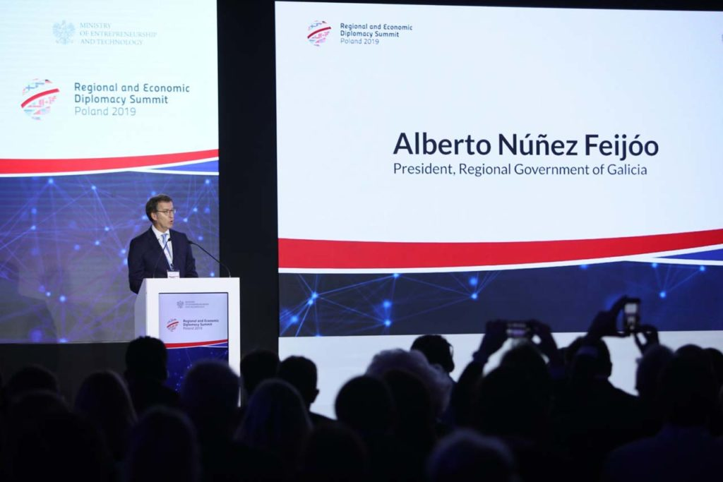 El presidente del Gobierno gallego, Alberto Núñez Feijóo, durante su intervención en la Cumbre sobre la Diplomacia regional y económica que tuvo lugar en Varsovia.