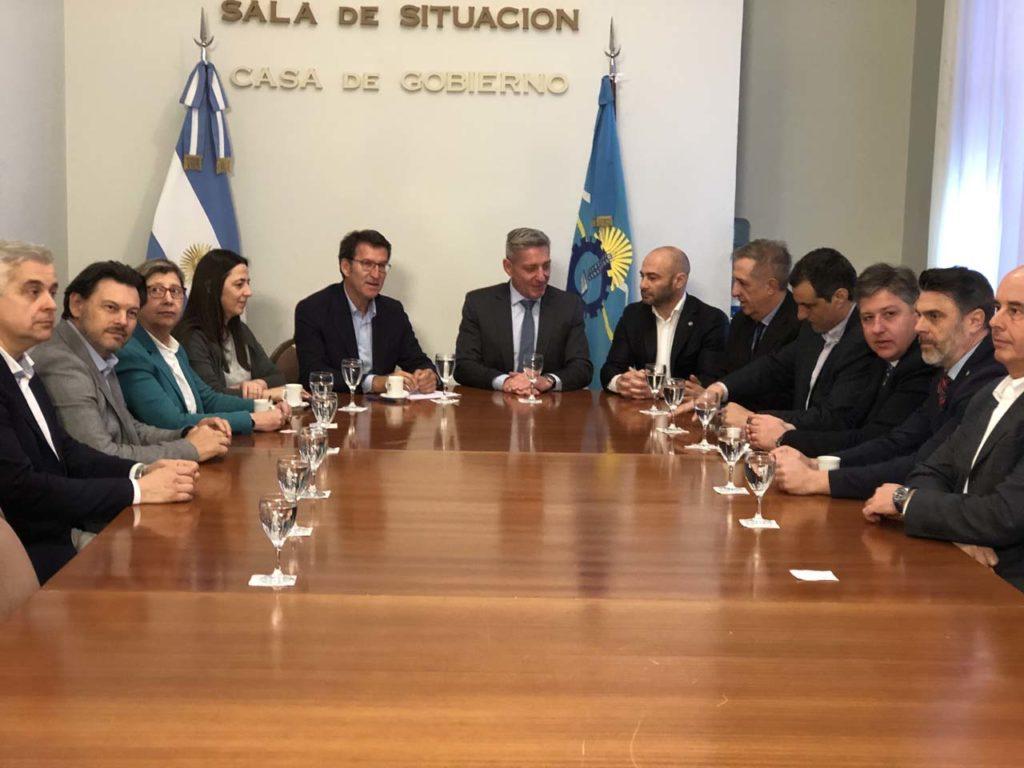 El presidente de la Xunta, Alberto Núñez Feijóo; la conselleira do Mar, Rosa Quintana; y el secretario xeral da Emigración, Antonio Rodríguez Miranda, durante la reunión con el gobernador de la provincia de Chubut, Mariano Arcioni (sentado junto a Feijóo).
