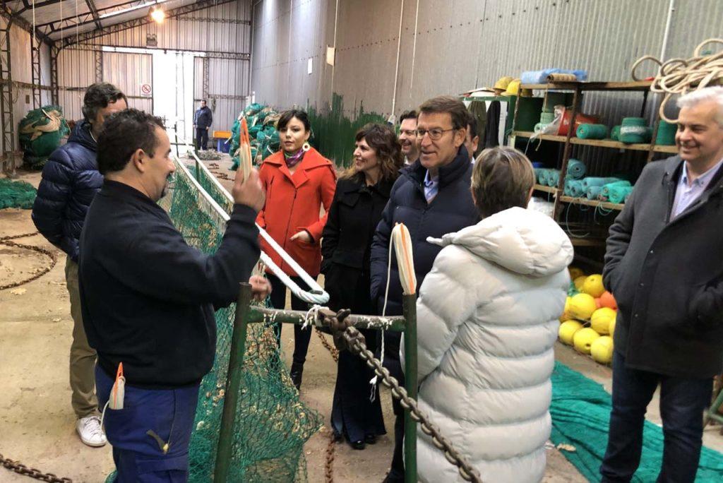 El presidente de la Xunta, Alberto Núñez Feijóo, acompañado por la conselleira do Mar, Rosa Quintana, recibió las explicaciones de un redero de Bouzas durante la visita a la pesquera Vieira de Argentina.