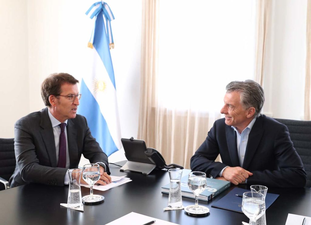 El titular de la Xunta, Alberto Núñez Feijóo, y el presidente de Argentina, Mauricio Mari, durante su reunión.