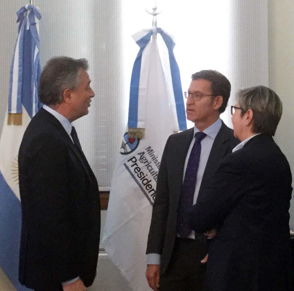 El presidente de la Xunta y la conselleira do Mar, en la reunión con el ministro de Agricultura, Ganadería y Pesca.