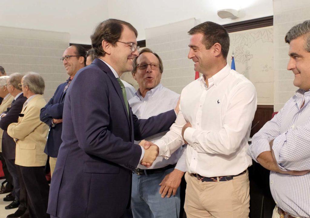 El presidente de la Junta, Alfonso Fernández Mañueco, se reunió con organizaciones agrarias y diversas asociaciones ganaderas de vacuno.