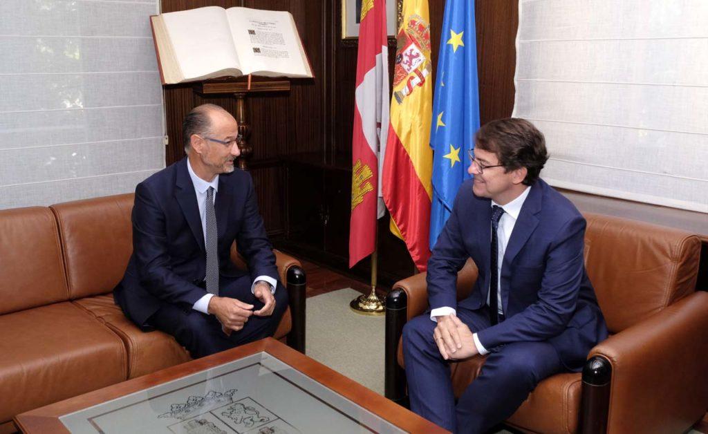 El presidente de la Junta de Castilla y León, Alfonso Fernández Mañueco, se reunió en el Colegio de la Asunción con el presidente de las Cortes, Luis Fuentes.