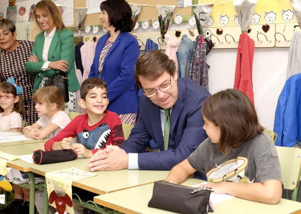 Mañueco visitó el colegio Nuestra Señora  de la Candelaria.