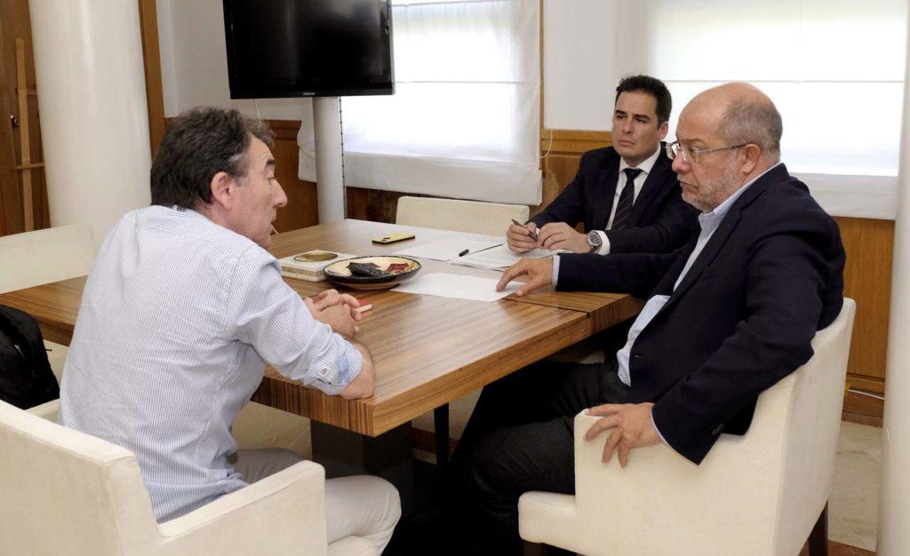 Francisco Igea escucha a Ángel Hernández en presencia de José Miguel García, secretario general de la Consejería de Transparencia, Ordenación del Territorio y Acción Exterior.