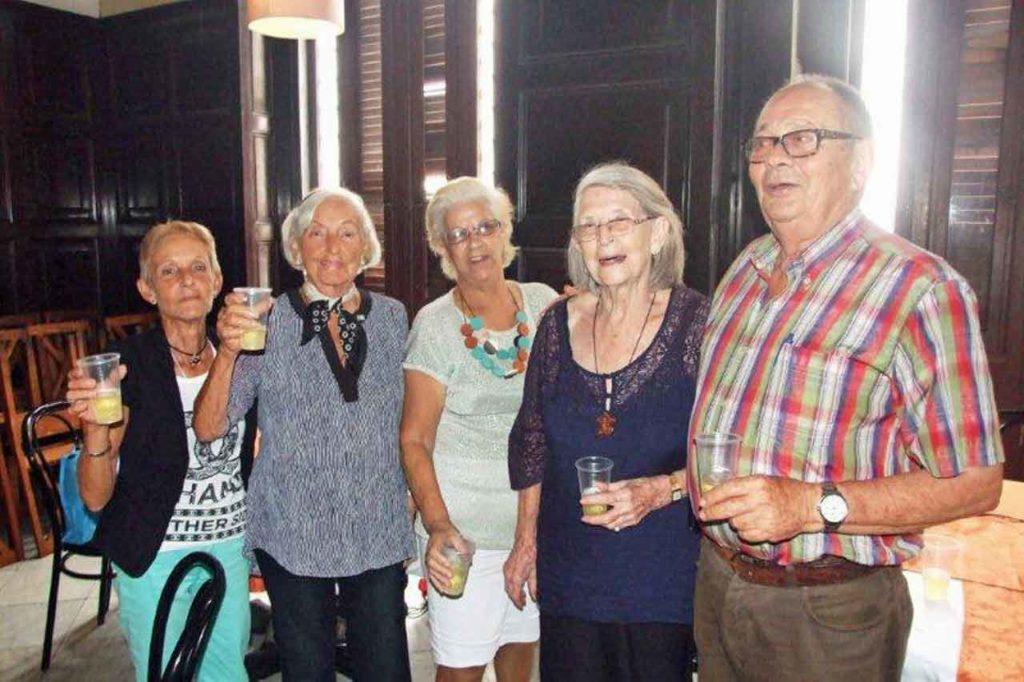 El presidente Longinos Valdés (derecha) brindó por Asturias junto a los emigrantes.