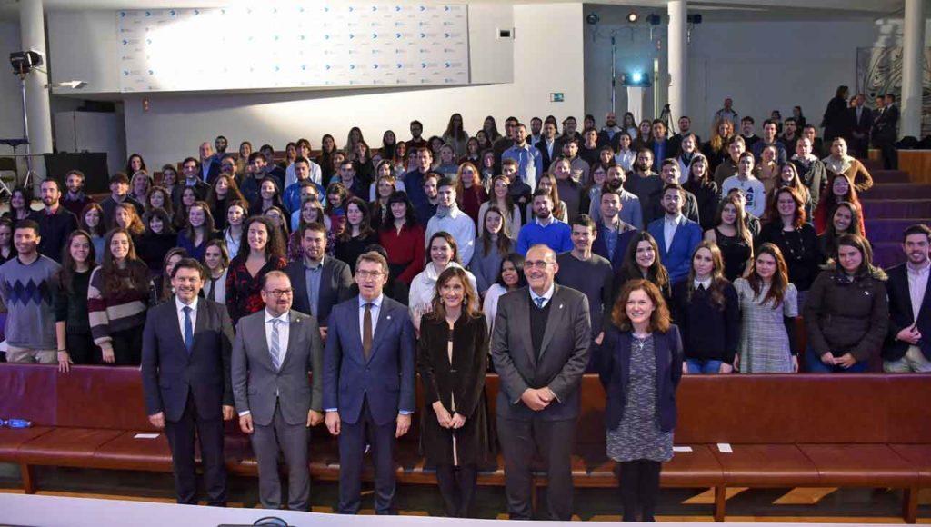 El presidente de la Xunta, Alberto Núñez Feijóo, el secretario xeral da Emigración, Antonio Rodríguez Miranda, y representantes de las universidades con los beneficiarios de la segunda edición de las BEME.