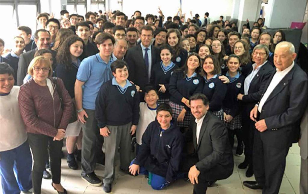 Núñez Feijóo y las demás autoridades de la Xunta de Galicia con los alumnos y directivos del Instituto Argentino Gallego Santiago Apóstol de Buenos Aires.