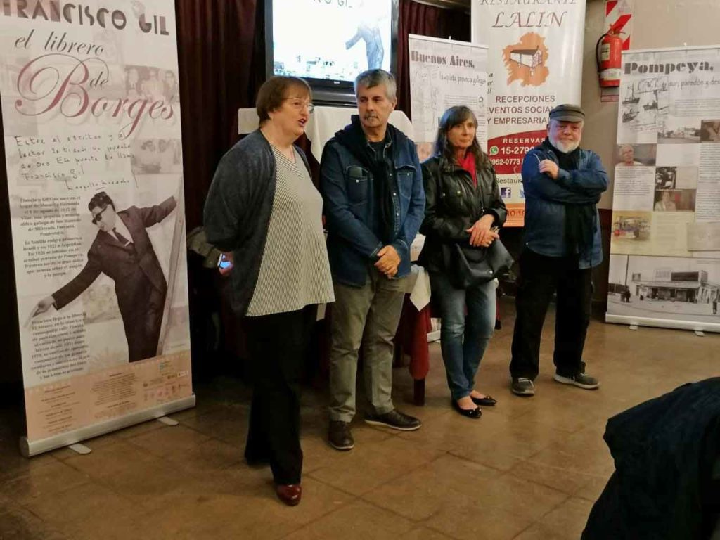 Xan Leira, segundo por la izquierda, en un momento de la apertura de la muestra en el Centro Lalín.