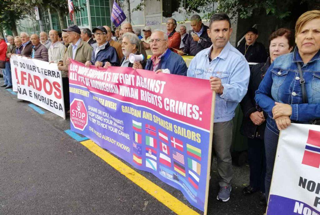 Protesta ante el Consulado de Noruega en A Coruña.