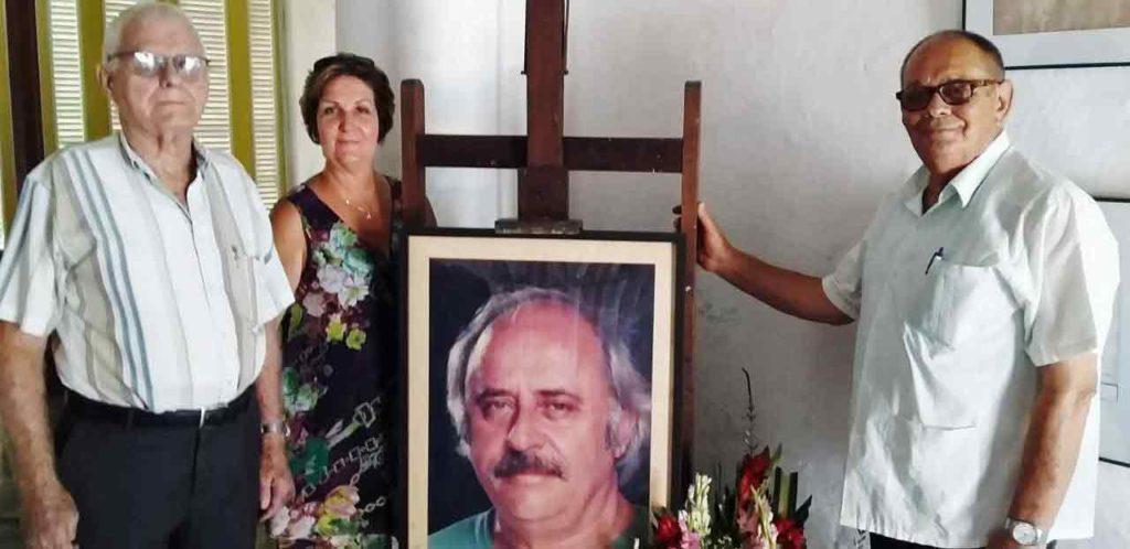 Julio González, Ana María Suárez y Longinos Valdes, junto al retrato de José Luis Posada.