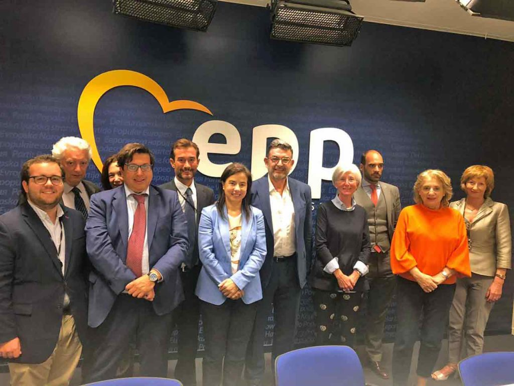 Ana Vázquez con miembros del PP en Bélgica.