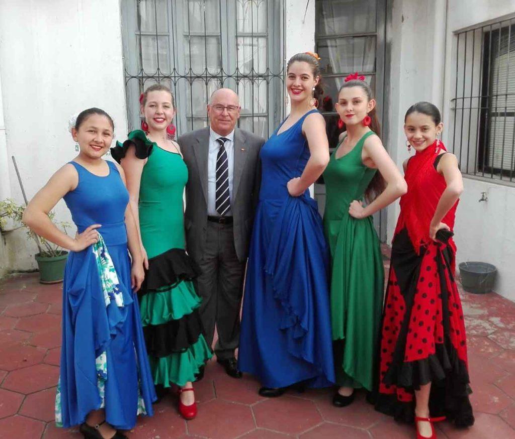 Vicente Pecino con las bailarinas de la entidad.