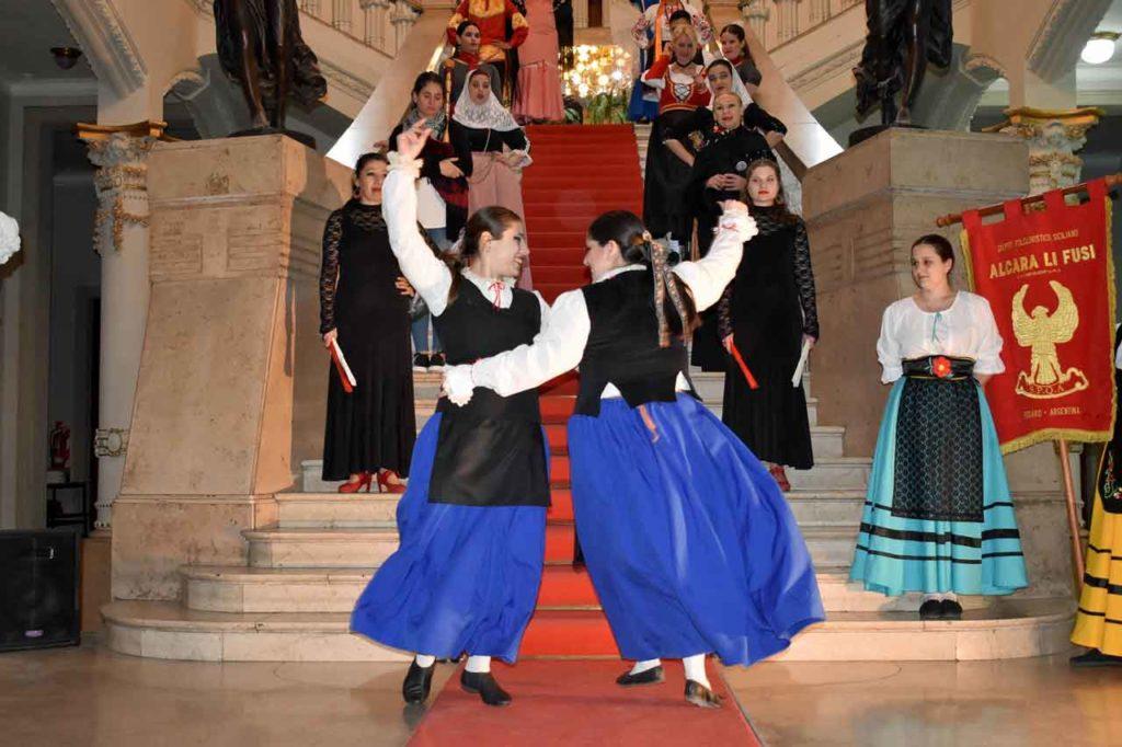 Actuación del conjunto de danzas de la institución en el Club Español de Rosario.