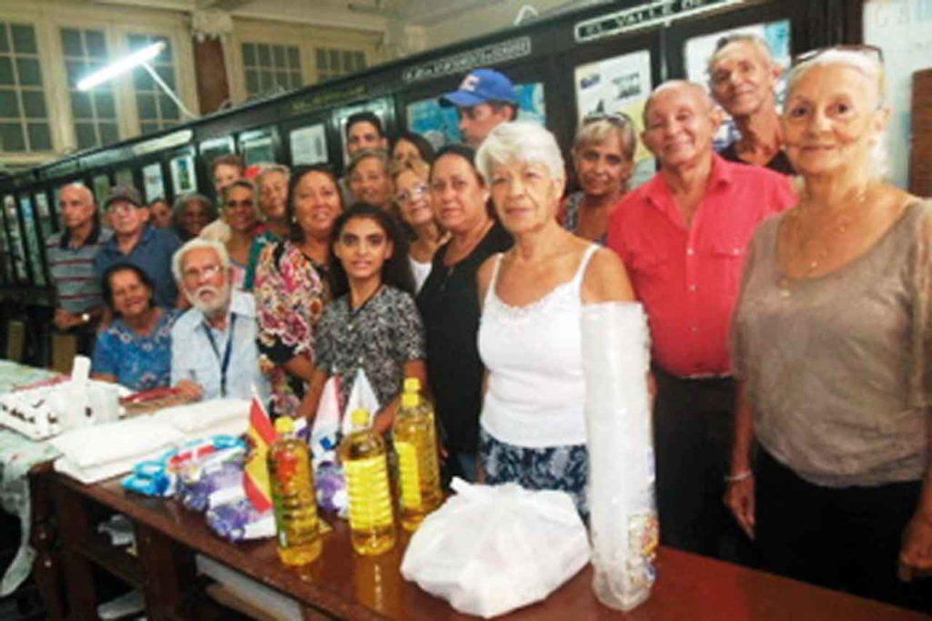 Junta Directiva de la Sociedad O Valadouro que preside Manuel Álvarez. (sentado en la primera fila).