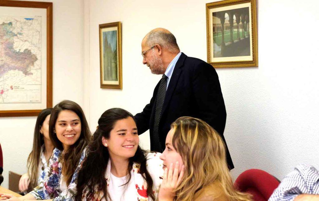 El vicepresidente y consejero de Transparencia, Ordenación del Territorio y Acción Exterior, Francisco Igea, con un grupo de jóvenes descendientes de castellanos y leoneses residentes en Iberoamérica, durante una visita de estos a la Comunidad.