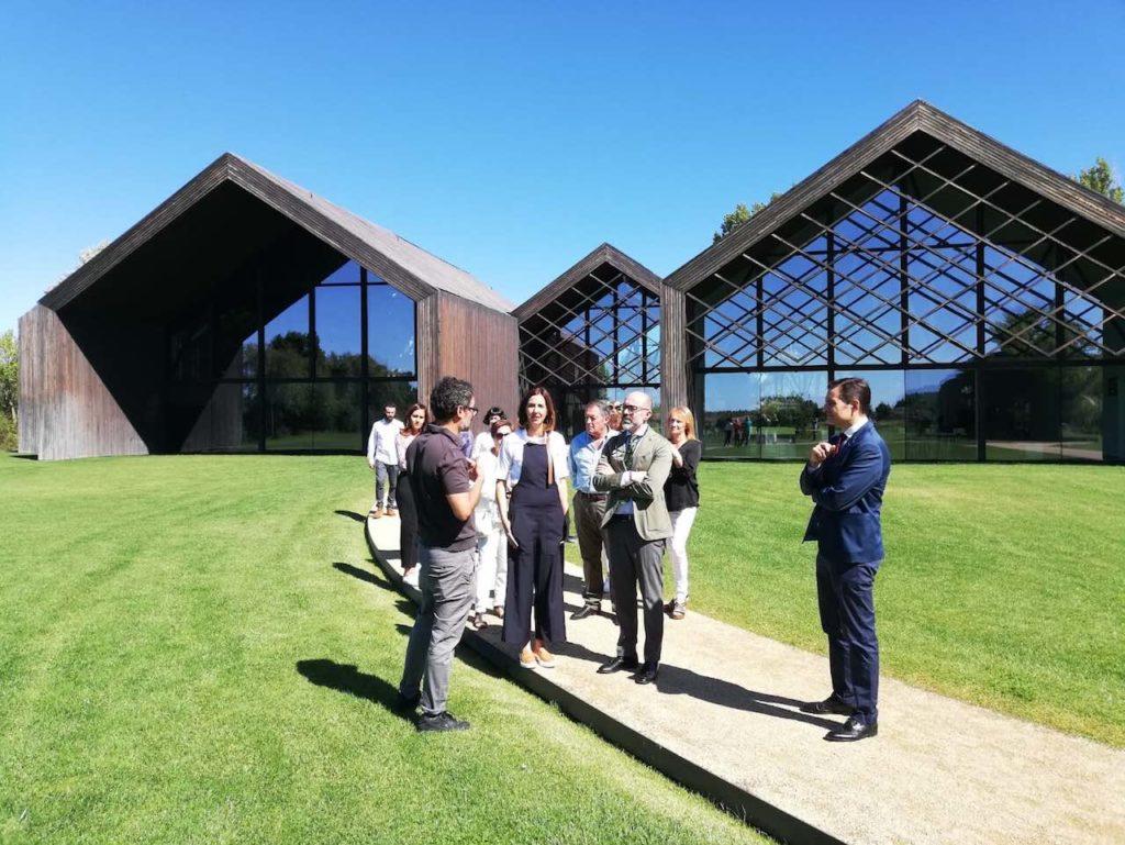 El director general de Patrimonio, Gumersindo Bueno, y el secretario general de la Fundación Edades del Hombre, Gonzalo Jiménez, dieron la bienvenida al matrimonio formado por Graham y Marion, procedentes de Oxford.