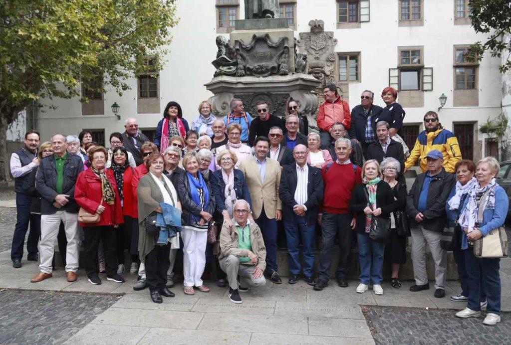 El secretario xeral de Emigración posó en Mazarelos con los gallegos de Lleida.