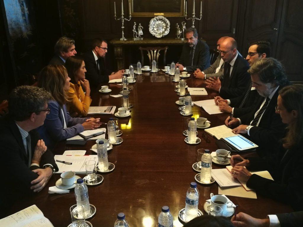 Una de las reuniones mantenidas por Reyes Maroto en Inglaterra.
