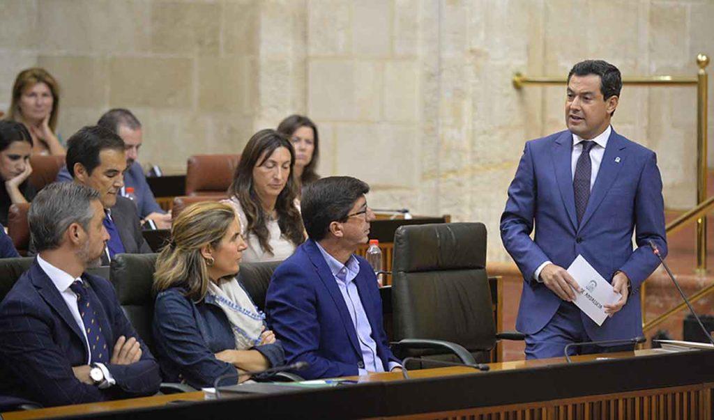 Juanma Moreno durante la sesión de control en el Parlamento andaluz.